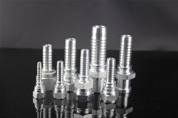 A 10411 szerelvények metrikus hím, DIN3853 típusú 24 fokos kúpos ülésvilágításúak. A 10411 szerelvényeket népszerűség szerint 1/4 '' - 1,1 / 2 '' -re gyártják. A 10411 szerelvények horganyzott befejezéssel készülnek. Általában három típus választható meg: horganyzott, krómozott és nikkelezett. A YH Hydraulic szerelvényei jó minőségűek, amelyek felszerelhetők és hosszú élettartamra használhatók.